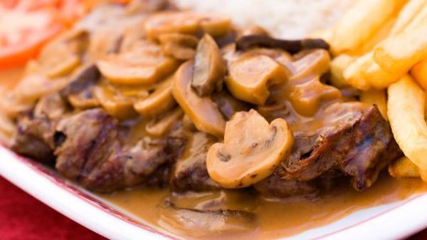 طبق اللحم بالفطر