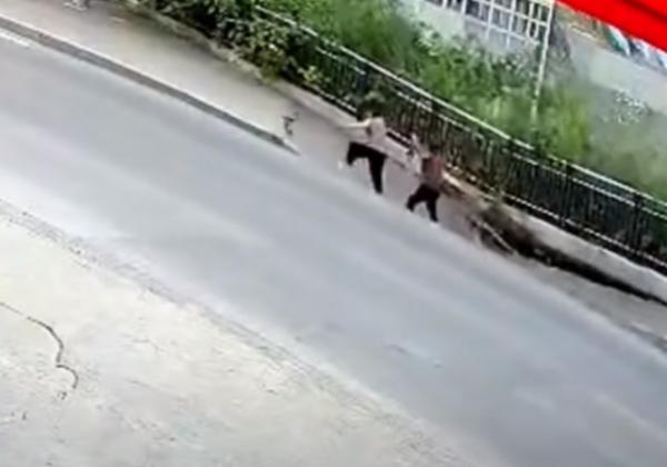الأرض تنشق وتبتلع امرأتين على الطريق وسماع صوت صراخ قوي (فيديو)