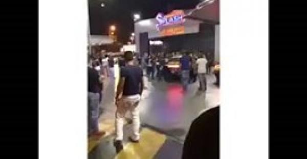 بالفيديو.. رجل أمن يشهر سلاحه في مشاجرة