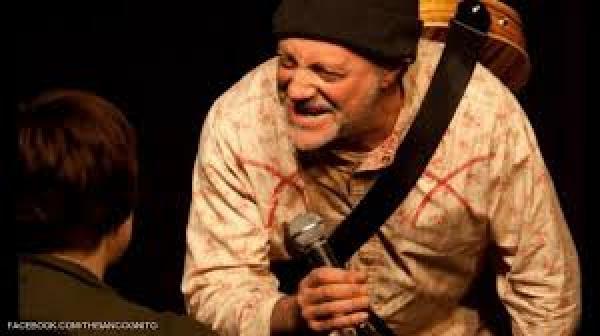 وفاة فنان كوميدي على المسرح أثناء أداء عرض