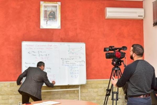 وزارة التربية الوطنية تعلن توقيف بث الدروس المصورة
