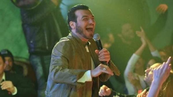 """الفنان المصري """"إيهاب توفيق"""" يثير الغضب بحفل غنائي بعد وفاة والده"""