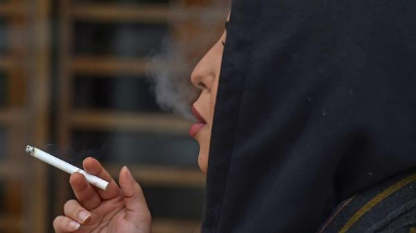 """سعوديات يمارسن """"حريتهن"""" بالتدخين علنا لكن بعيدا عن أعين أسرهن"""