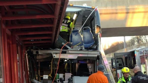 حافلة تقتحم محطة في كندا و تتسبب في مقتل 3 وإصابة 23