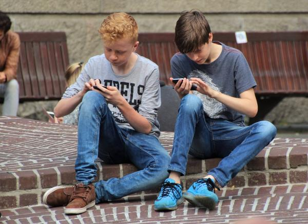 هذه أضرار  الهواتف الذكية على جمجمة الانسان