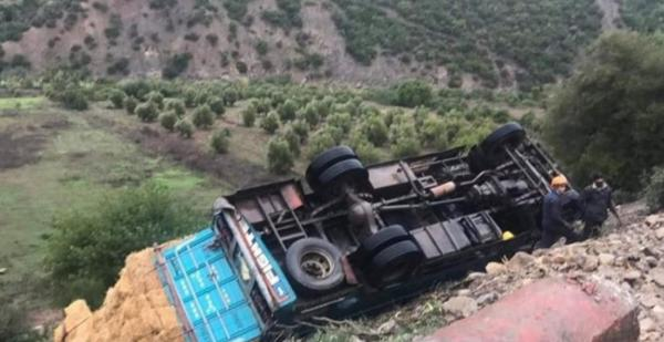 حادثة سير خطيرة بين شفشاون ووزان بعد انقلاب شاحنة محملة بالتبن