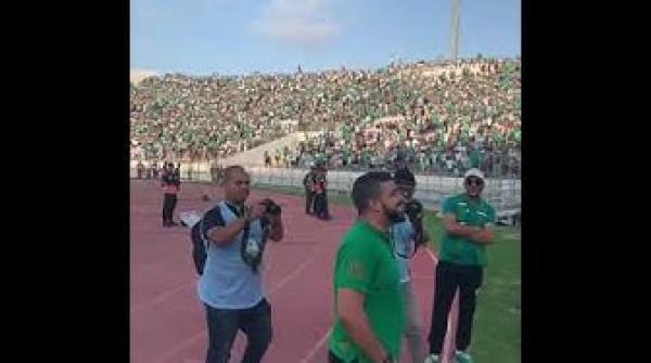 حمزة الفيلالي محيح مع جمهور الرجاء قبل مواجهة ريال بيتيس
