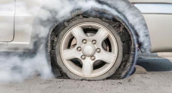 6 نصائح لتحافظ على سلامتك إذا انفجر الإطار أثناء القيادة