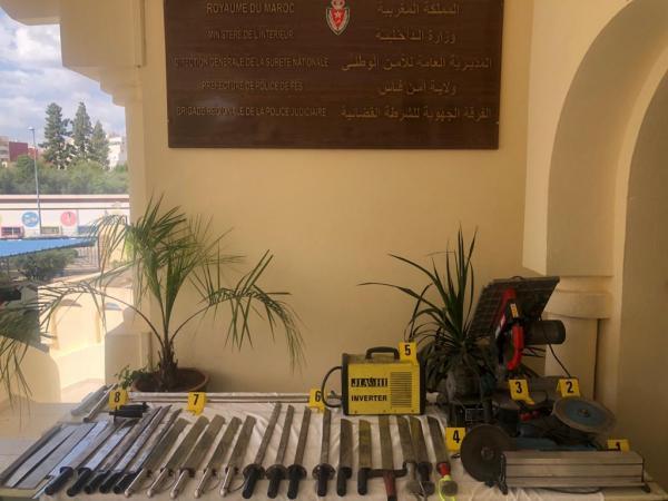 تصنيع سيوف وسكاكين كبيرة الحجم يقود إلى اعتقال حدادين بفاس(صور)