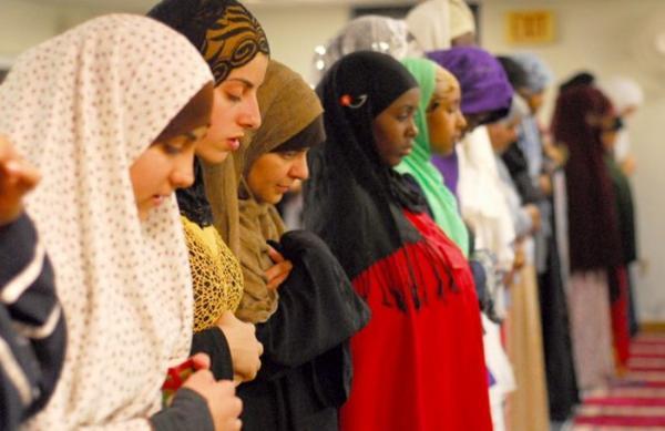 في فتوى مثيرة...إمام الحرم المكي يفاجئ الجميع ويدعو إلى عدم فصل الرجال عن النساء داخل المساجد(فيديو)
