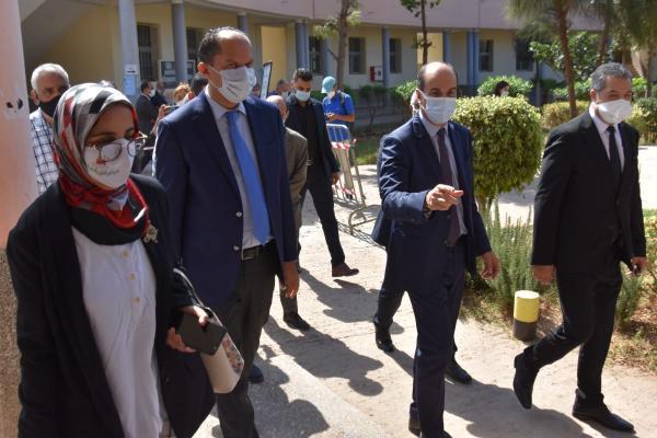 والي جهة الدار البيضاء-سطات يطلع ميدانيا على سير عملية تلقيح المتمدرسين بمديرية عين الشق