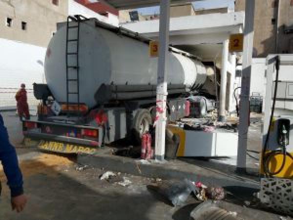 نجونا من كارثة...شاحنة صهريجية مجنونة محملة بالمحروقات تقتحم محطة وقود بالدار البيضاء