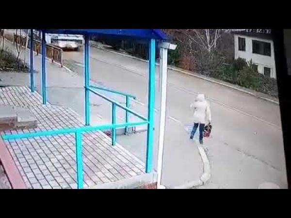 نجاة فتاة روسية من الموت بأعجوبة(فيديو)