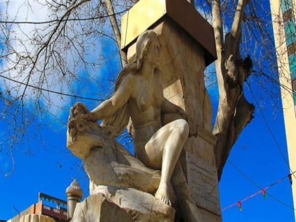 """الجزائر.. تمثال """"المرأة العارية"""" بسطيف يتعرض لمحاولة تحطيم ثانية (فيديو)"""