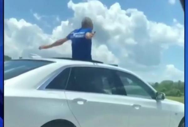 بالفيديو.. أمريكي يفضل السجن على العودة إلى منزل زوجته و يقوم بمخالفة لدخوله