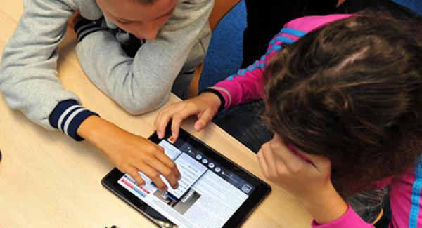 """مشروع """" APT2C """": توزيع لوحات الكترونية على عدد من التلاميذ بسيدي إفني"""