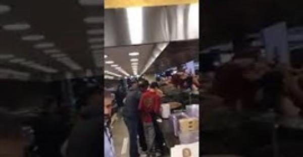 شاهد ماذا فعل عشرات الأشخاص أثناء افتتاح محل حلويات (فيديو)