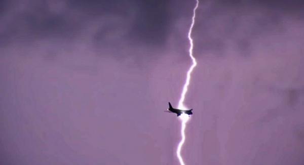 لحظة ضرب صاعقة قوية لطائرة ركاب في سماء إنجلترا