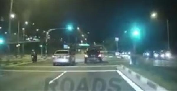عفريت فتاة على الطريق يثير دهشة مستخدمي الإنترنت (فيديو)
