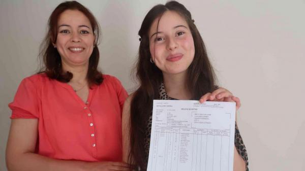 صورة .. تلميذة مغربية تحصل على أعلى معدل للباكلوريا بفرنسا