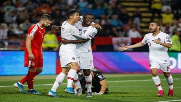 """رونالدو يسجل """"السوبر هاتريك"""" ويقود البرتغال لفوز ساحق أمام ليتوانيا (فيديو)"""