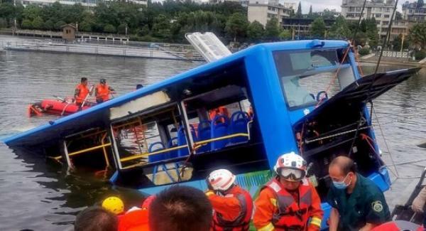 مصرع 21 شخصا في حادثة سقوط حافلة في بحيرة بالصين