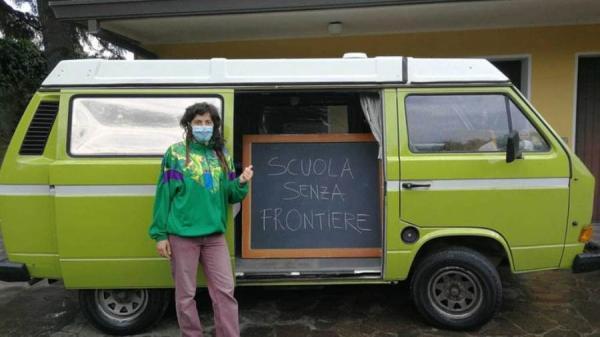 حولت سيارتها لفصل متنقل.. إيطالية تعلم طلابها تحت منزلهم