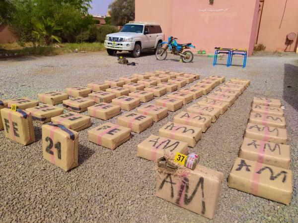 كلميم :  إحباط عملية للتهريب الدولي للمخدرات وحجز سيفا وأسلحة نارية وأزيد من طن من المخدرات