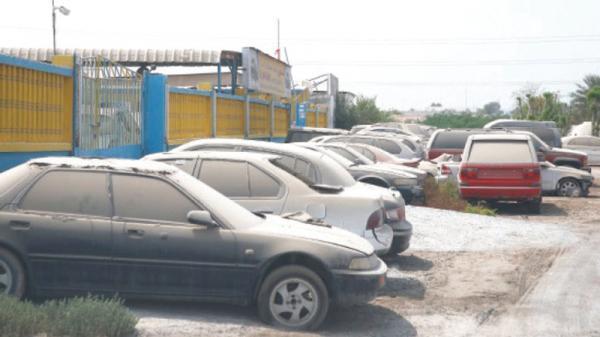 السلطات الأمنية تشن حملة واسعة للتخلص من السيارات المركونة على قارعة الطرقات