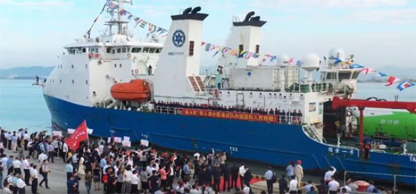 دون كمامات..استقبال حاشد لفريق صيني نجح فى اختبار الغوص إلى عمق 10 آلاف متر في قاع المحيط