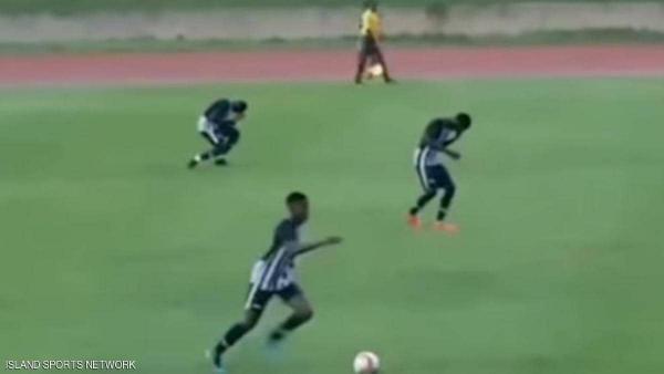 بالفيديو..  لاعبيْن يصابان بصاعقة برق أثناء مباراة كرة قدم