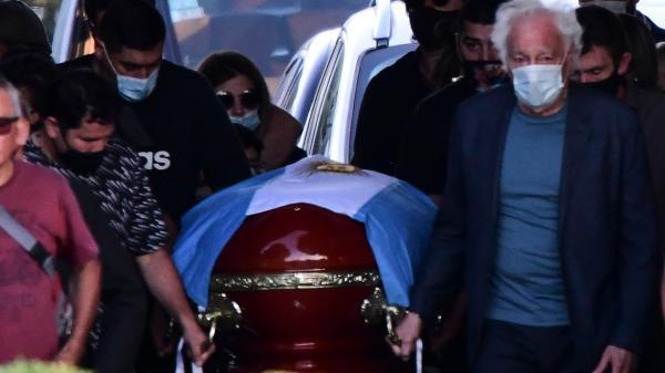 دفن مارادونا بالقرب من قبري والديه في مراسيم خاصة(فيديو)
