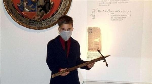 مراهق ذو 12 عاما يعثر على سيف تاريخي أثناء سيره في غابة