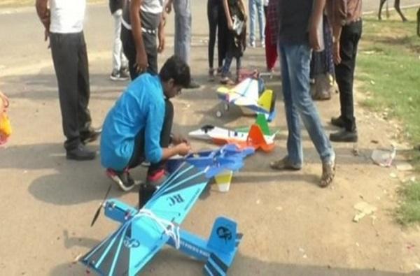 بعد فشله في الدراسة .. يتمكن من صنع 35 نموذج خفيف لطائرات أصلية