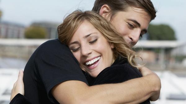دراسة جديدة: الرجال يحتاجون لـ4 أحضان يوميا للبقاء على قيد الحياة!