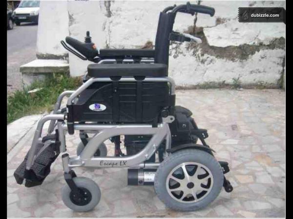 سيدة فقيرة تطلب كرسيا متحركا لابنتها المشلولة