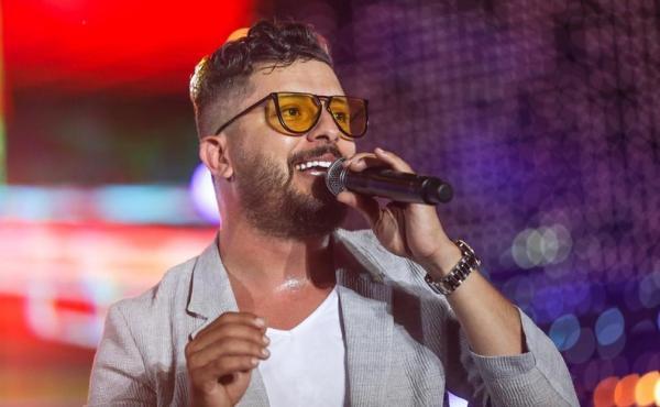 """بالفيديو : حاتم عمور يتعرض لموقف محرج جدا بمهرجان وجدة لـ""""الراي"""""""