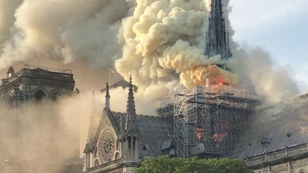 بالفيديو: اندلاع حريق رهيب في أشهر كاتدرائية بباريس
