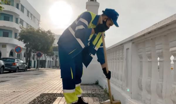 """زهير البهاوي يحتفي برجال النظافة في أغنيته الجديدة """"أنا نجري والزمان يجري"""" (فيديو)"""