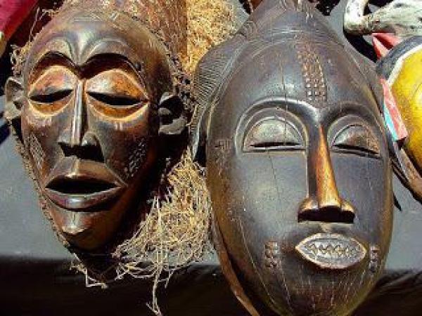 """سرقة قناع إفريقي تقدر قيمته بنحو 300 ألف أورو بطريقة """"غريبة"""" من دار """"كريستيز"""" للمزادات الفنية بباريس"""
