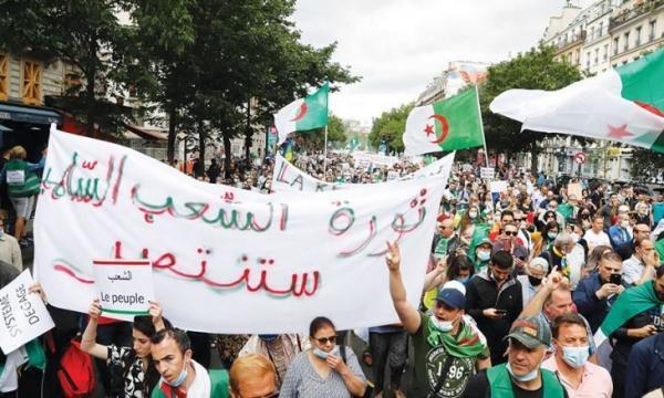 """تواصل الحراك الشعبي بالجزائر يربك مخططات """"جنرالات العسكر"""" والمحتجون متشبثون بـ""""التغيير الجذري"""" للنظام"""