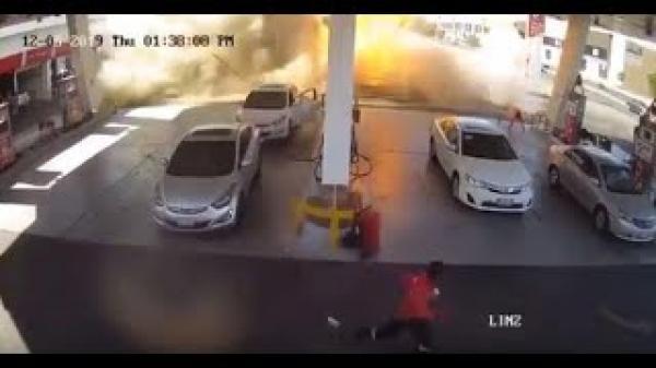 لحظة انفجار خزان محطة وقود في السعودية