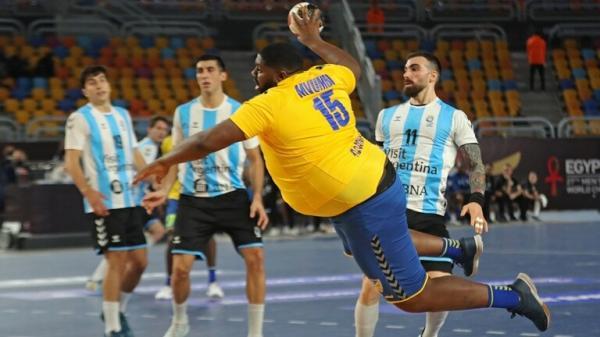 لاعب بدين يثير الاستغراب في مونديال لكرة اليد (فيديو )