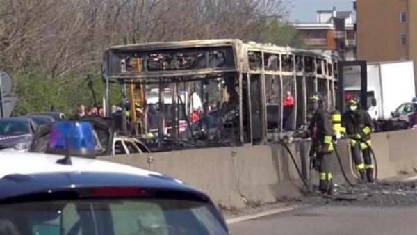 سائق يضرم النار في حافلة تقل 51 تلميذا بشمال إيطاليا وهذه جنسيته (فيديو)