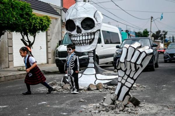 هيكل عظمي زاحف يظهر فجأة في شوارع مكسيكو سيتي(فيديو)