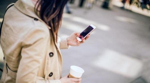 مدينة يابانية في الطريق لمنع استخدام الهاتف خلال المشي