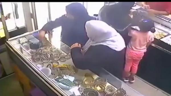 الأمن يفك لغز فيديو سرقة حلي ذهبية من داخل محل للمجوهرات (فيديو)