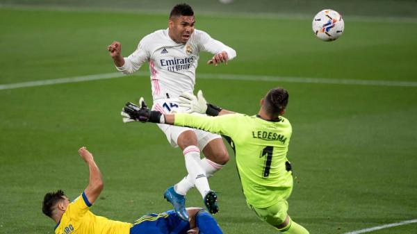 ريال مدريد يفوز على قادش بثلاثية ويرتقي إلى الصدارة