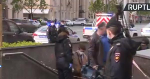 الشرطة الروسية تعتقل تعتقل رجلا احتجز رهائن داخل مصرف في موسكو (فيديو)
