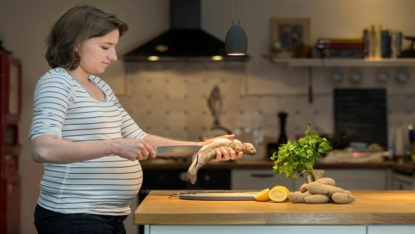 هل يمكن للسيدات الحوامل تناول السمك دون خوف؟